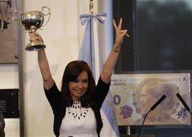 Cristina posó con una copa que le regaló un participante de los juegos Evita