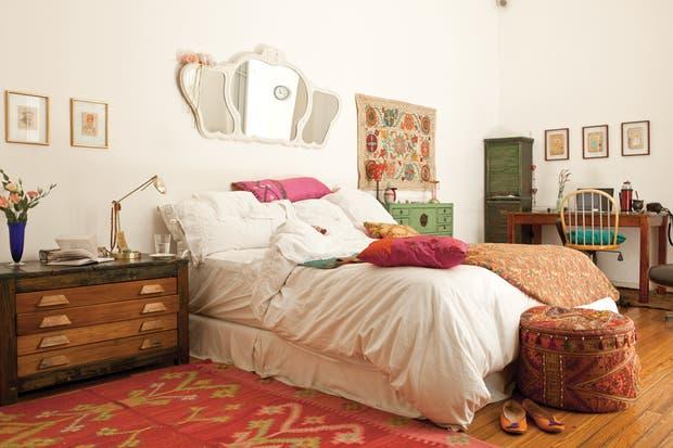 Desde la calle se accede directamente a la antesala del dormitorio, a pocos pasos de la cama con blanquería de algodón (Paul French Gallery) y almohadones traídos de distintos viajes..