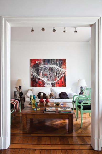 Vista del living, que se organiza en torno a una mesa de roble lavado. Sofá blanco, dos lámparas de mesa mexicanas y silloncitos de estilo pintados en verde y tapizados en pana negra,.  Foto:Living /Javier Csecs