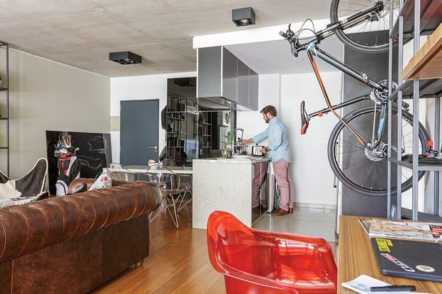 Al otro lado, el living, tiene como fondo una estantería del mismo estilo, mesa ratona también diseñada por él y sillón 'Chesterfield' comprado en una fábrica.  Foto:Living /Daniel Karp