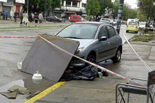 Un muerto en 13 e/ 38 y 39. Lo encontraron bajo un auto. Foto: LA NACION / @molinarimarcos