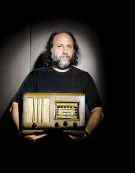 Grinbank y un viejo aparato de radio. Para el empresario, la radio es una de sus pasiones: después de llevar Rock & Pop a lo más alto, su gran orgullo actual es tener en el aire a FM Kabul