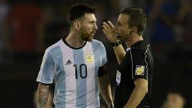 Messi discute con el juez de línea