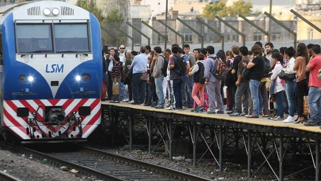 $ 2250. Electrificación tren San Martín: modernizar los trenes es otra clave