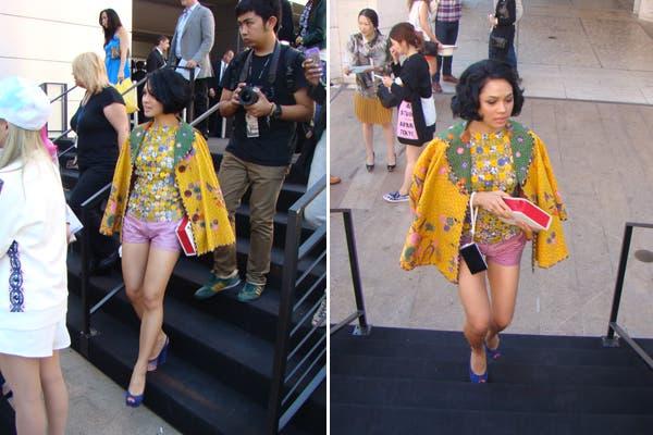 ¿Qué tal este look? Capa amarilla con estampas y shorts rosas. Foto: Candelaria Palacios