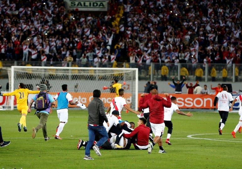 El equipo de Ricardo Gareca se impuso por 2-0 en Lima, con tantos de Jefferson Farfán y Christian Ramos, y vuelve a una Copa del Mundo después de 36 años. Foto: Reuters