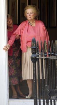 El 29 de junio de 2009  la ex primera ministra británica Margaret Thatcher sosteniendose en la puerta de su casa en Belgravia, en el centro de Londres. Foto: Archivo