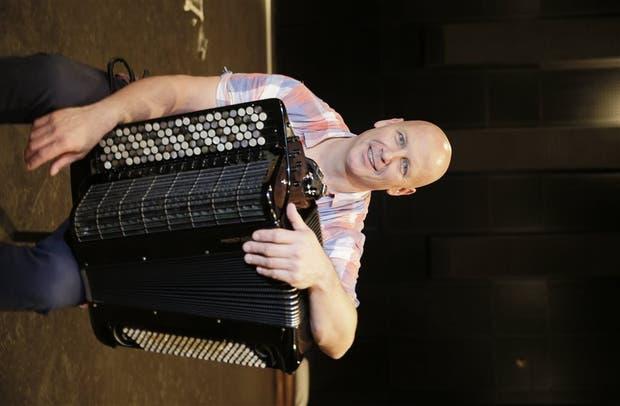Crabb, acordeonista clásico y tanguero