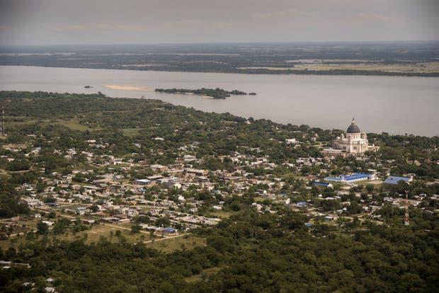 La localidad de Itatí (Corrientes), con la basílica en la que se venera a la Virgen; detrás, la costa paraguaya, desde donde llega la marihuana que después se distribuye en siete provincias argentinas