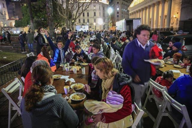 Cenas compartidas en Plaza de Mayo: todos los viernes, cerca de 250 personas en situación de calle se acercan a compartir un plato de comida caliente con los voluntarios de Frío Cero. También se llevan ropa y mercadería