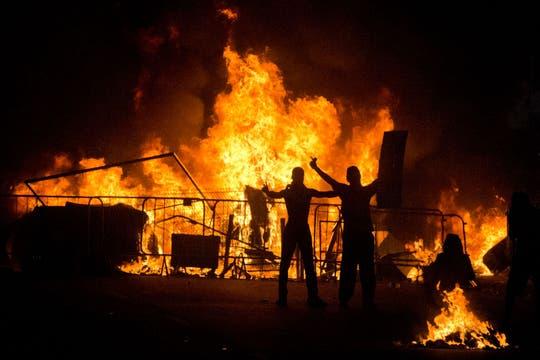 Los protestantes hicieron barricadas de fuego durante la protesta en Río de Janeiro. Foto: AP