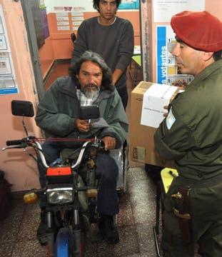 Un hombre discapacitado vota en una escuela de Córdoba. Foto: LA NACION / Irma Montiel