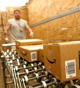 Una línea de transporte de cajas con las órdenes de compra registradas de forma online en Amazon