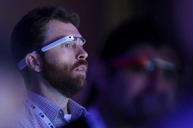 Los comandos de uso de los anteojos de Google aún no se encuentran pulidos, y su apariencia en uso puede parecer extraño en espacios públicos