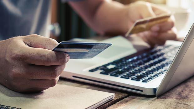 Las compras on line en sitios del exterior se pueden realizar por encargos a conocidos, mediante plataformas on line o con las dos opciones de modalidad puerta a puerta reglamentado por la AFIP