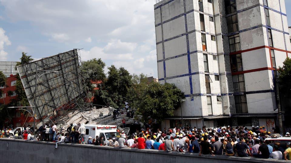 Al colapsar las comunicaciones telefónicas, la mensajería por WhatsApp se convirtió en la única forma de comunicación en el centro del país. Foto: Reuters