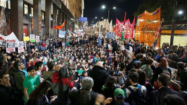 Estudiantes marchan en rechazo de la reforma de la escuela secundaria