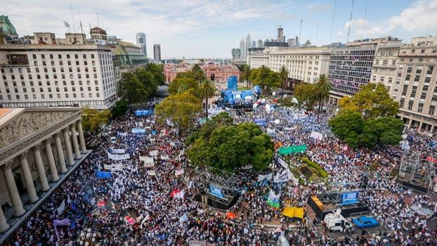 Masiva protesta docente en la plaza de mayo contra el for Plazas docentes 2017