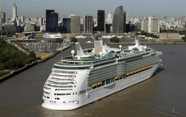 Cada barco transporta un promedio de 2500 turistas