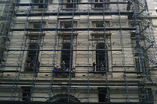 Obreros que trabajan en el Correo Central observan el paso del cortejo que lleva a Néstor Kirchner. Foto: LA NACION / Pablo Martín Fernández