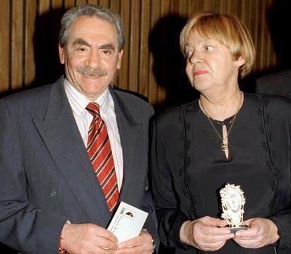 Durante una entrega de premios junto a Isidoro Blaistein el 21 de agaosto de 1986. Foto: Archivo
