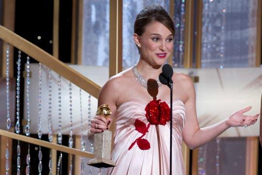 Premio cantado... Natalie Portman, mejor actriz en drama por su papel en El cisne negro.. Foto: EFE