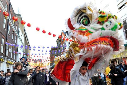 Chinos disfrazados de león bailan en China Town para celebrar la llegada del Año Nuevo lunar en Londres, Inglaterra. Foto: EFE