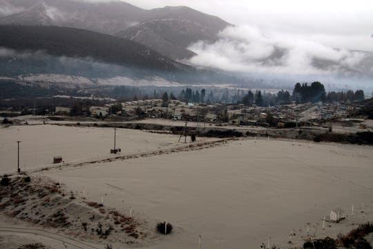 Un barrio de Bariloche se encuentra totalmente cubiuero de polvo, si bien ya no cae ceniza, aún rige el alerta. Foto: AP