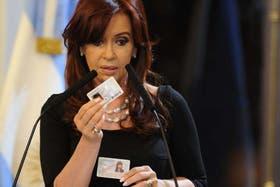 Cristina, al presentar la tarjeta DNI