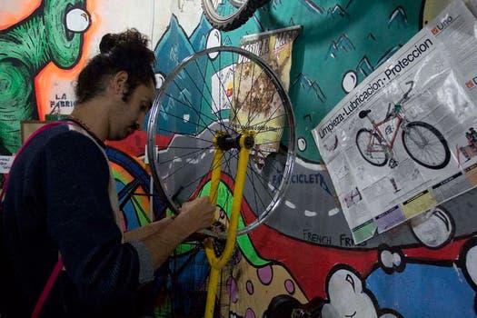 Un joven pone a punto la rueda de su bicicleta en La Fabricicleta. Foto: LA NACION / Matías Aimar