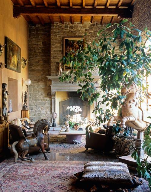 Las esculturas y la mezcla de texturas imponentes le dan a este espacio un aire rencentista..