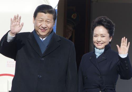 La pareja gobernante de China saludaron desde el avión al llegar a Rusia. Foto: AP