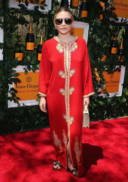 El look de Ashley Olsen: eligió una túnica estilo oriental color rojo con detalles en amarillo y dorado y unas maxi gafas de sol. Foto: /Gza. Feedback PR