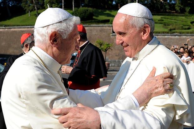 El Papa Francisco recibió a su antecesor Benedicto XVI, tras aprobar la encíclica Luz de la Fe