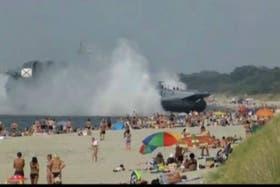 El aerodeslizador irrumpió en la playa mientras los turistas disfrutaban un día a pleno sol
