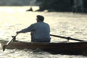 Seguir remando: Guerrero navega por el río Luján.