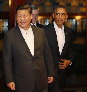 Xi y Obama, ayer, antes de entrar a una reunión, en la cumbre en Pekín
