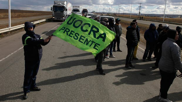 Trabajadores de Uocra, ayer, en la ruta 3, a 10 km de Río Gallegos