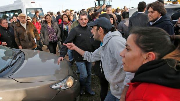 Los manifestantes agredieron un auto de la comitiva de Macri, pero el mandatario se habia ido minutos antes en una camioneta