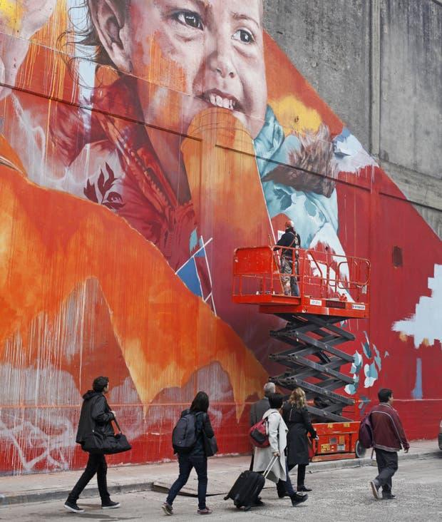 El colorido mural sobre un depósito sobre un depósito del barrio Saldías