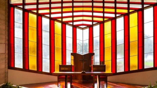 Wright también trabajó con vitrales durante su carrera, incluidos los de la capilla Danforth en el Florida Southern College, cuyo campus diseñó