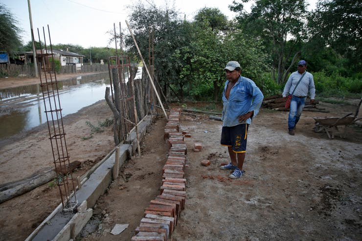Tito Antero Galarza construye una tapia a fin de prevenir futuras crecidas en la localidad de Hito Uno