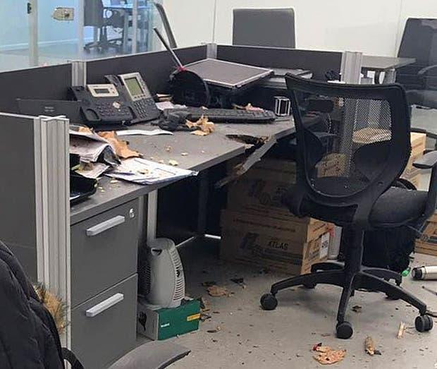 DESTROZOS: la explisión rompió el escritorio