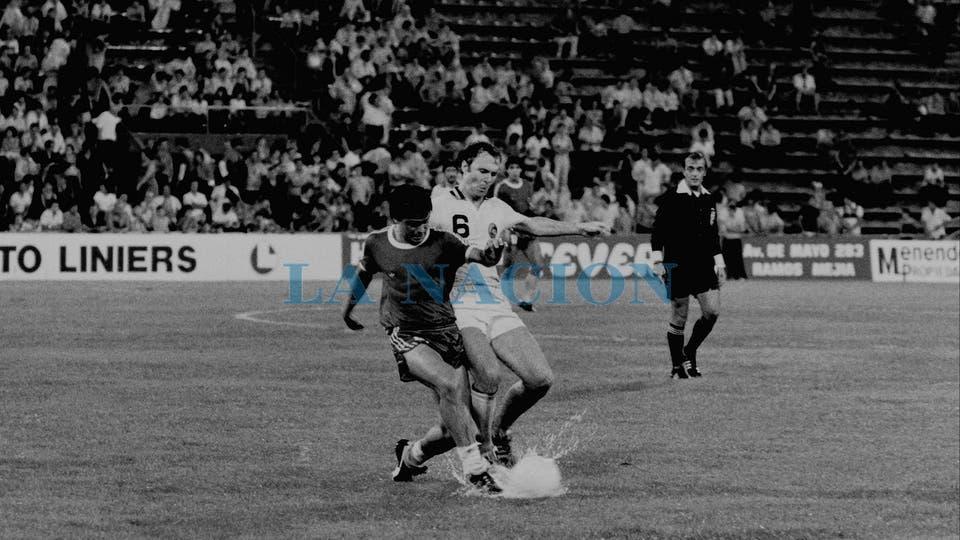 21-3-1980: cuerpo a cuerpo contra Franz Beckenbauer en un amistoso contra Cosmos, en Vélez.. Foto: LA NACION