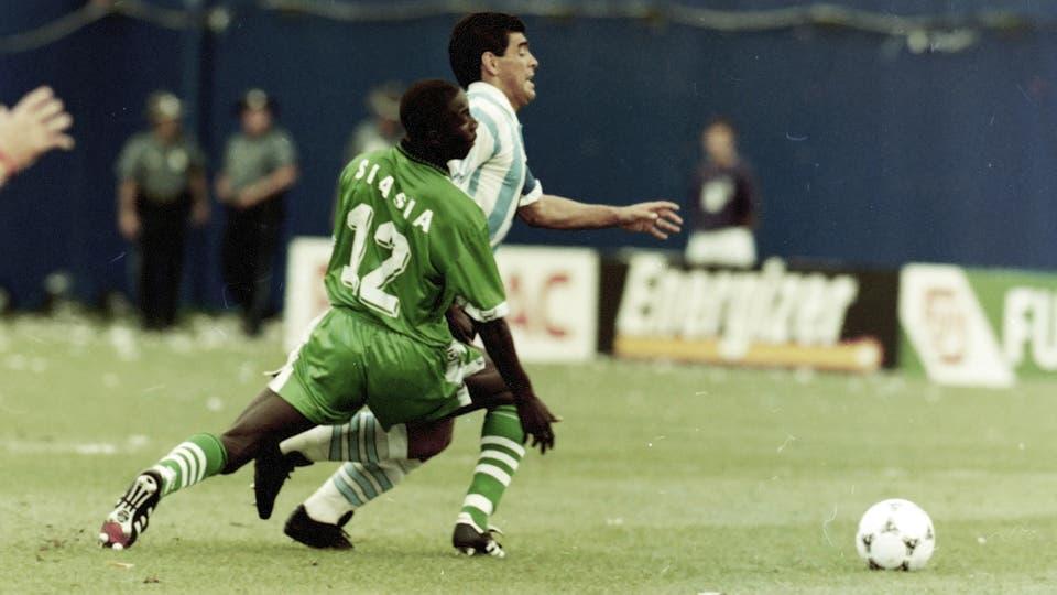 25-6-1994: deja en el camino a Siasia, el autor del gol nigeriano. Foto: LA NACION / Francisco Pizarro