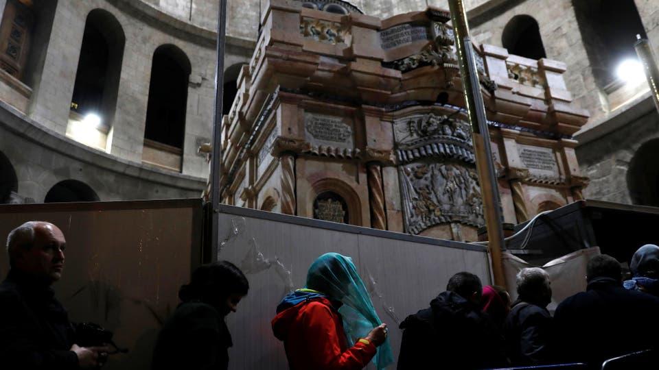 Se retiró la lápida que cubría lo que se cree que es la fosa original de Jesús cerrada desde hace cinco siglos. Foto: Reuters / Ronen Zvulun