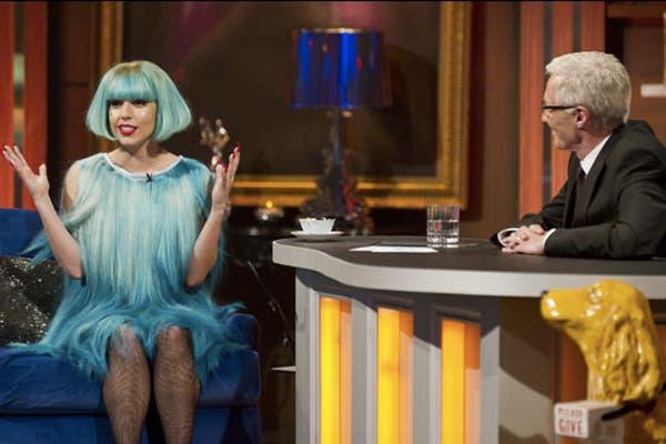 Gaga con peluca y vestido por Charlie Le Mindu en el programa de Paul O Grady. Foto: Gentileza www.charlielemindu.com