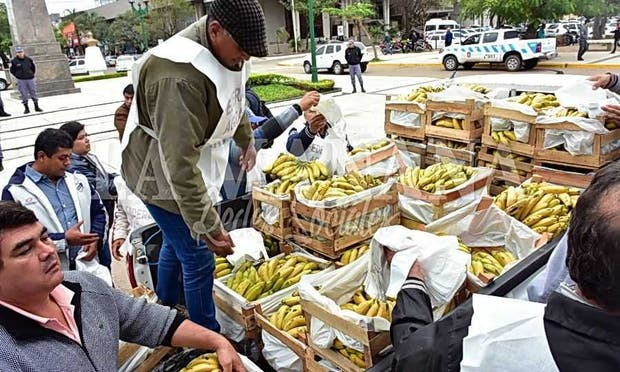 Productores en el centro formoseño regalando la fruta