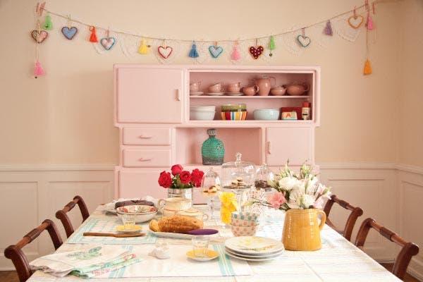 Bien amplio y preparado para recibir muchos invitados, el comedor mezcla objetos de diseño y antigüedades..
