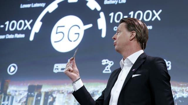 Hans Vestberg, CEO de Ericsson, sostiene un chip 5G durante su presentación de la compañía en el Congreso Mundial de Móviles